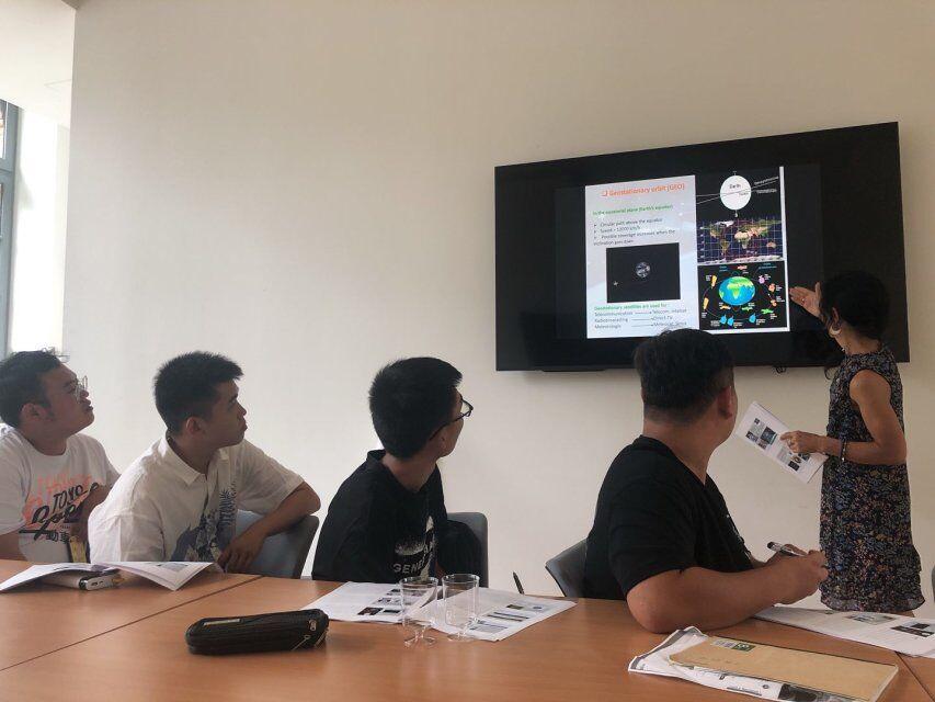 同学们正在认真听讲2.jpg