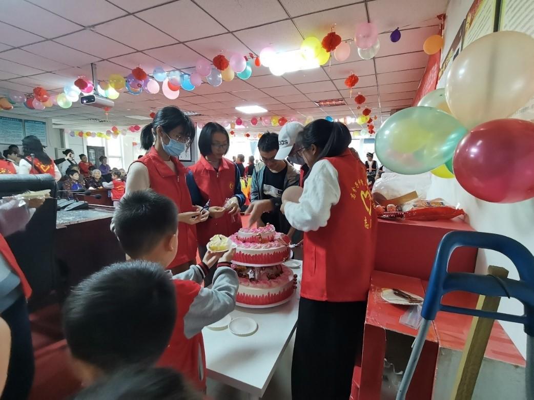 志愿者们为现场人员分发蛋糕.jpg