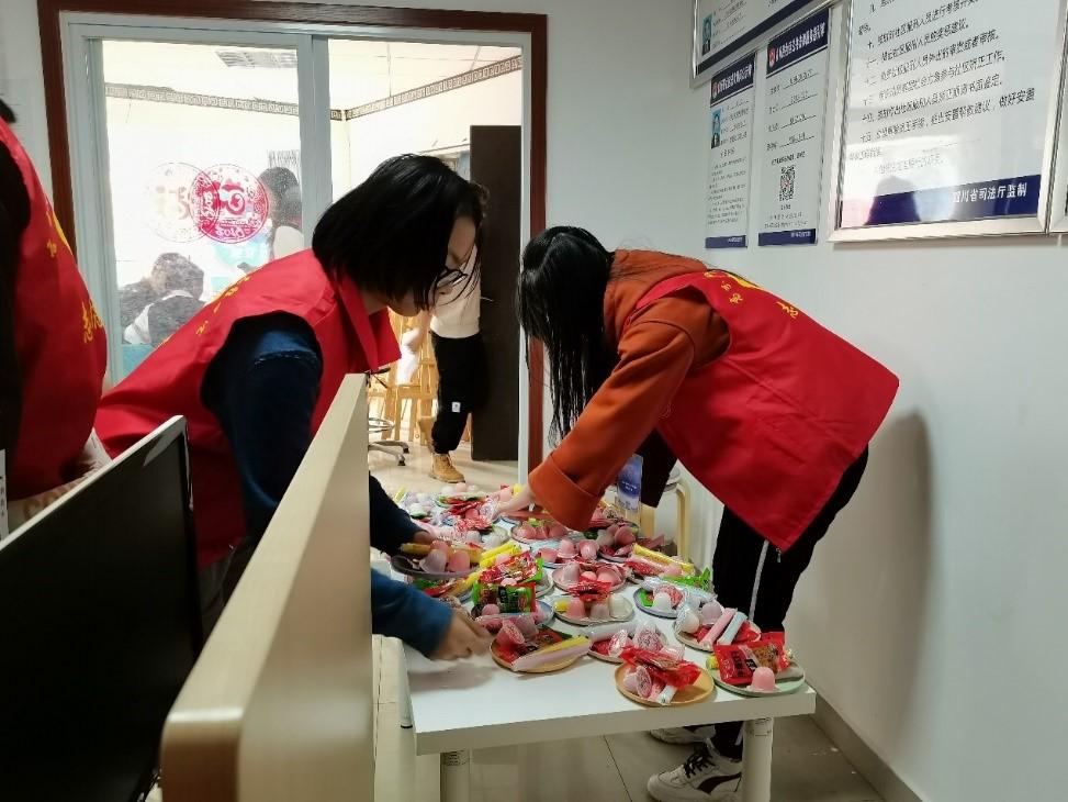 志愿者们在现场整理物资.jpg