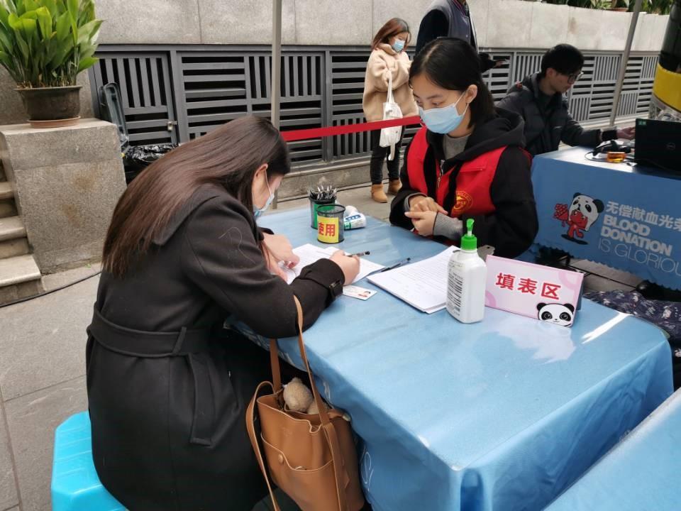 志愿者在引导献血者填写表格.jpg