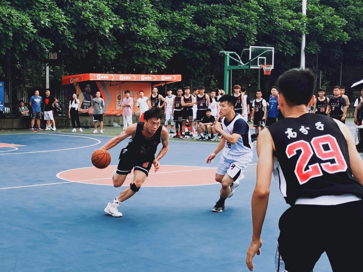 我院本科生篮球队与建筑与环境学院比赛时(左一为盛朝华).jpg